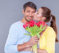 regalar flores a un hombre