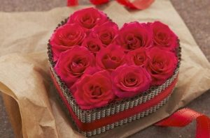 Caja corazón con rosas.