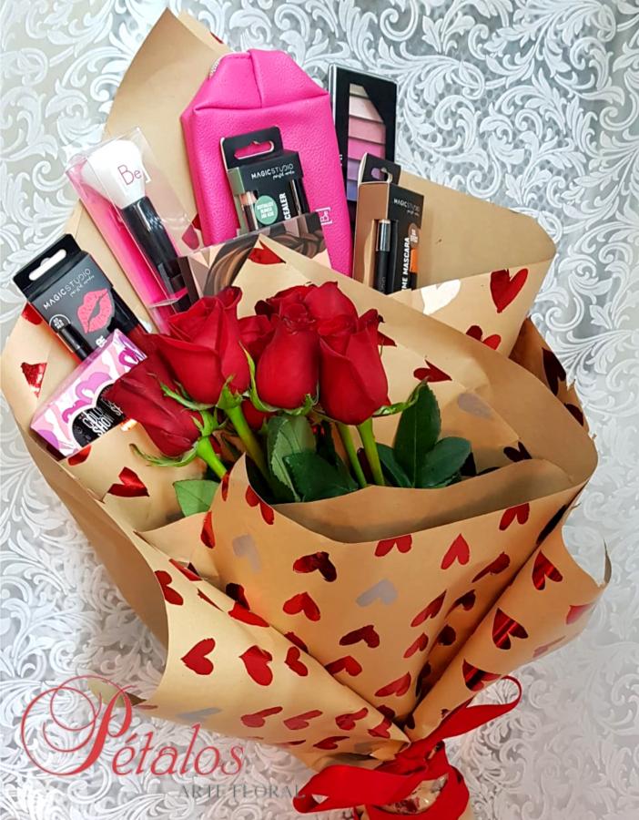 Ramo de rosas y cosmética Piedad